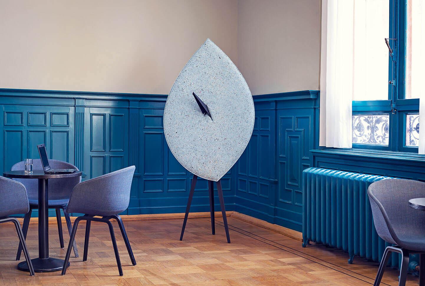 BLAD akoestisch scherm prikbord, circulair. Biophilic-circular, acoustic object, pinboard, leaf. Bio-zirkulär akustisches Schild Schwarzes Brett.