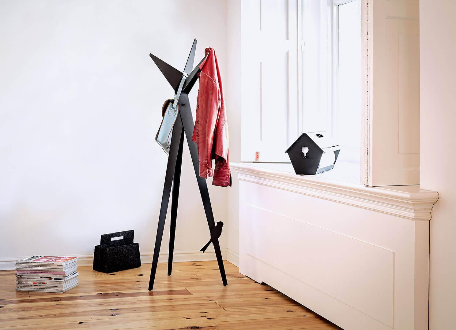 Elegant un Nützlich. Ein design Kleiderständer in der form eines Baum mit Vogelmagnete.